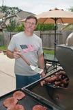 Homme mûr grillant tout entier Photo stock