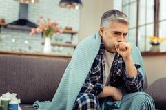 Homme mûr malade pâle restant à la maison images libres de droits