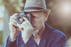 Homme mûr prenant des photos Images libres de droits