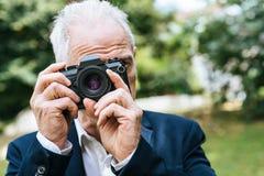 Homme mûr prenant des photos Photos stock