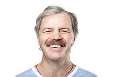 Homme mûr riant d'isolement sur le blanc Photographie stock libre de droits