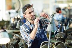 Homme mûr travaillant à l'usine photos stock