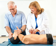 Homme mûr apprenant le CPR photo stock