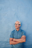 Homme mûr avec des verres regardant loin l'espace de copie Image stock
