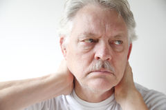 Homme mûr avec douleur cervicale photos libres de droits