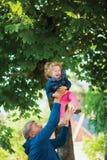 Homme mûr avec l'petit-enfant Fille riante mignonne Image libre de droits