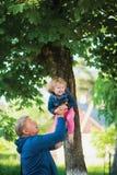 Homme mûr avec l'petit-enfant Fille riante mignonne Image stock