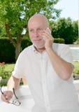 Homme mûr avec un téléphone portable Images libres de droits