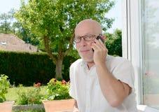 Homme mûr avec un téléphone portable Photo stock