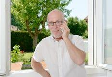 Homme mûr avec un téléphone portable Image libre de droits