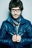 Homme mûr bel en veste bleue et verres Image stock