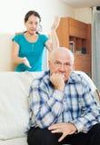 Homme mûr bouleversé contre l'épouse à la maison Photographie stock libre de droits