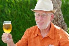 Homme mûr buvant d'une bière dehors Photographie stock libre de droits