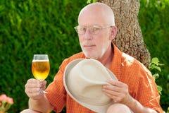 Homme mûr buvant d'une bière dehors Images libres de droits