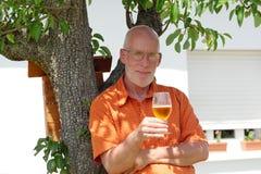 Homme mûr buvant d'une bière dehors Photo libre de droits