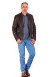 Homme mûr caucasien posant dans la veste en cuir Image libre de droits