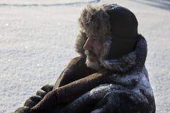 Homme mûr dans la nature d'hiver de fond Photographie stock