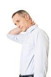 Homme mûr de vue de côté avec douleur cervicale Images stock