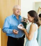 Homme mûr donnant le bijou dans la boîte à la femme Photos libres de droits