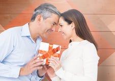 Homme mûr donnant un cadeau à la femme Photographie stock libre de droits