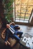 Homme mûr fatigué regardant le plafond Photos libres de droits