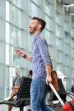 Homme mûr gai marchant avec le sac et le téléphone portable Photos libres de droits