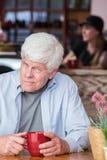 Homme mûr grincheux dans le café Image stock