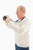 Homme mûr heureux prenant une photo Photo libre de droits