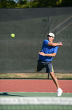 Homme mûr jouant le tennis Photo stock