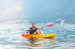 Homme mûr kayaking sur la mer Photos stock