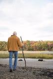 Homme mûr marchant utilisant un bâton Image libre de droits