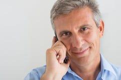Homme mûr parlant sur le téléphone portable Photos libres de droits