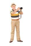 Homme mûr prenant une photo avec l'appareil-photo Images libres de droits