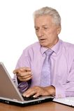 Homme mûr s'asseyant à l'ordinateur portable Photographie stock