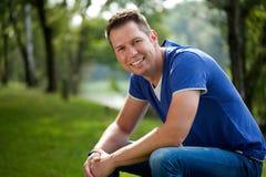 Homme mûr souriant à l'extérieur Photographie stock libre de droits