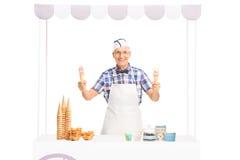 Homme mûr tenant deux cornets de crème glacée Photo libre de droits