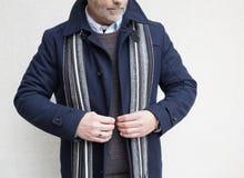 Homme mûr tenant et boutonnant sa veste Photos stock