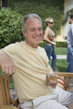 Homme mûr tenant le verre de vin Image libre de droits