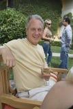 Homme mûr tenant le verre de vin Photos libres de droits