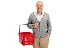 Homme mûr tenant un panier à provisions Image stock