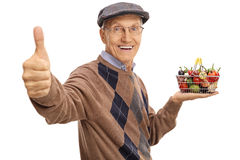 Homme mûr tenant un petit panier à provisions Image libre de droits