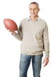 Homme mûr tenant une boule de rugby Images libres de droits