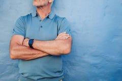 Homme mûr utilisant la montre intelligente Images stock