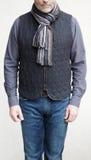 Homme mûr utilisant un gilet et une écharpe de laine en hiver Photo stock