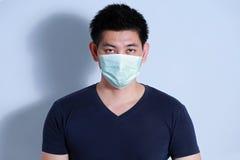 Homme malade avec le masque protecteur Image libre de droits