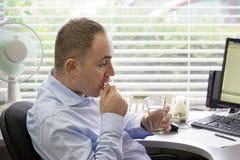 Homme malade d'employé de bureau tenant le verre de pilule de l'eau photo libre de droits