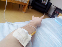 Homme malade dans l'hôpital sous un compte-gouttes photos libres de droits