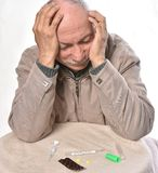 Homme malade supérieur avec l'expression douloureuse et le thermomètre et la pilule photo stock
