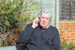Homme malheureux à l'aide du téléphone portable. Photographie stock