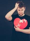 Homme malheureux avec le coeur brisé Image stock